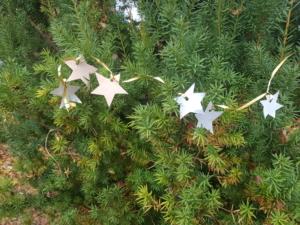 Stern-Girlande in einen Baum gehängt