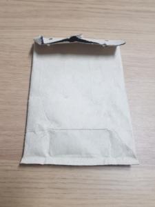 flach gedrückter Tetrapack im umgeknickter Öffnung