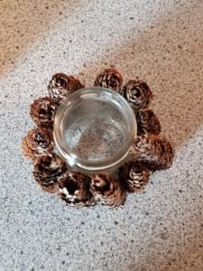 Fichten-Zapfen an einem Schraubglas