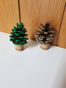 kleine Bäume aus Korken und Kiefern-Zapfen
