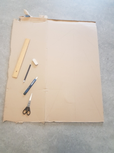 großer Pappkarton, Lineal, Radiergummi, Bleistift, Teppichmesser, Schere