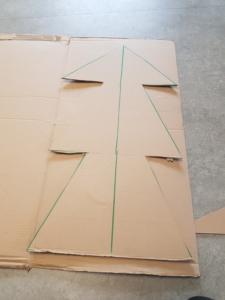 Der erste Pappkarton wurde ausgeschnitten und wird als Schablone fürden zweiten Karton verwendet.