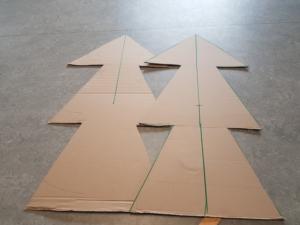 Beide Pappkartons wurden ausgeschnitten.