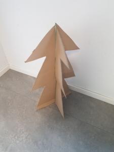 Baum aus großen Pappkartons