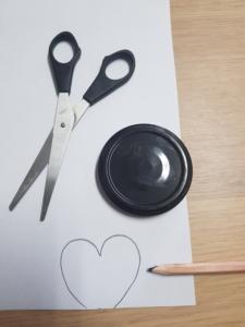 Das Pinguin-Gesicht wird auf weißem Papier vorgezeichnet.