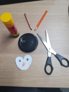 Das Pinguin-Gesicht ist fertig gemalt und ausgeschnitten.