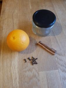 Schraubglas mit Deckel, Orange, Zimtstangen und Nelken