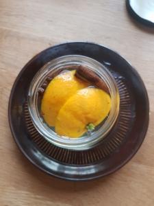 Orangen-Scheiben, Zimtstangen und Nelken im Schraubglas wurden mit heißem Wasser übergossen.