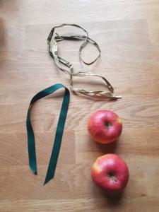 zwei Äpfel und zwei verschieden lange Bänder