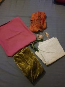 kleine Kissenhülle, Schal, Handtuch, großes Stück Stoff und verschiedene Schnüre als müllfreie Geschenkverpackung