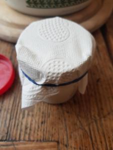 Die Deo-Creme wurde in einen Tiegel abgefüllt und mit einem Stück Küchenrolle abgedeckt.