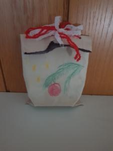 Geschenk-Verpackung aus altem Tetrapack, bemalt und mit einer Schleife zugebunden