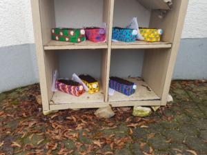 Im Regal für den Garten to go sind bunte Mini-Beete aus Tetrapacks. Dazu gibt es Radieschen-Samen und eine Anleitung zum Anpflanzen.