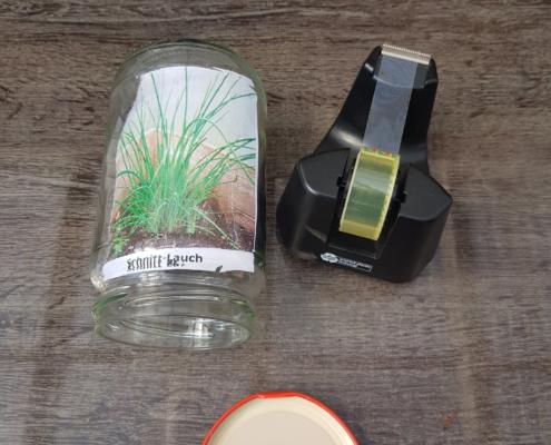 Das Bild der Pflanze wurde mit Kleb·streifen in das Schraub·glas geklebt. Von außen kann man jetzt das Bild der Pflanze sehen.
