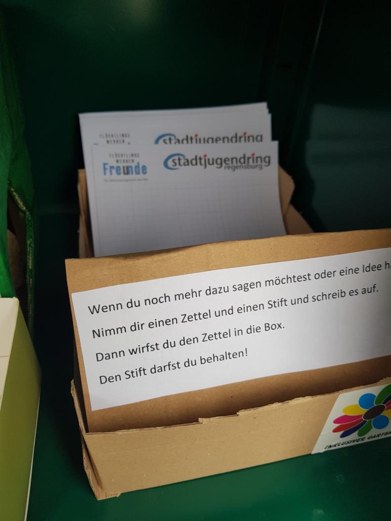 Eine Schachtel mit Papier und Stiften. Auf das Papier kannst du Wünsche und Ideen zum Garten to go schreiben.