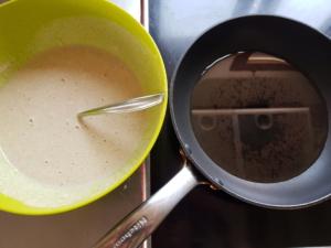 Der Teig ist fertig gemischt, die Pfanne mit dem Öl steht bereit.