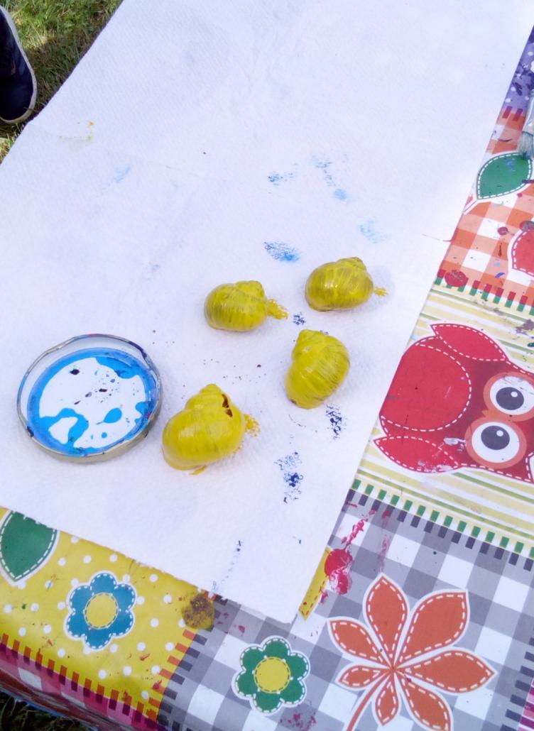gelb bemalte Schneckenhäuschen
