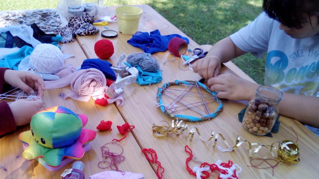 Basteltisch mit Stoffen, Perlen und Schnüren